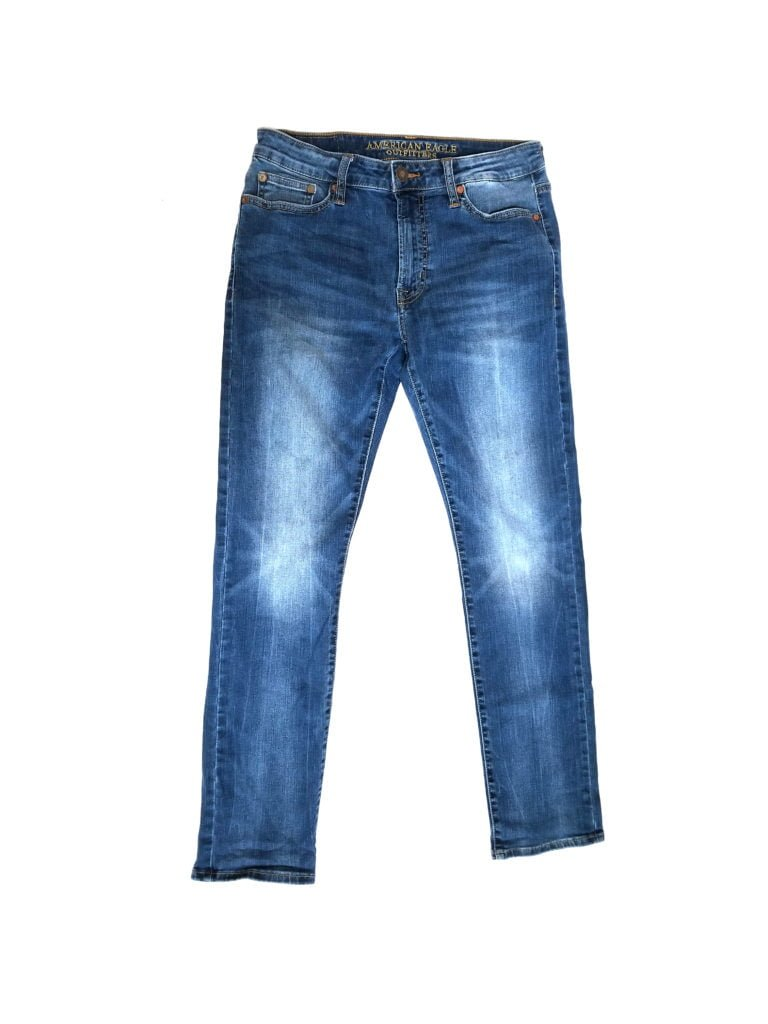 A size 30 in women's jeans is equivalent to a dress size A size 30 jean is designed to fit a woman with a waist measurement of 30 inches and a hip measurement of 40 inches. When buying jeans, it is usually best to either try them on in a store or carefully review the relevant sizing charts prior to purchasing.